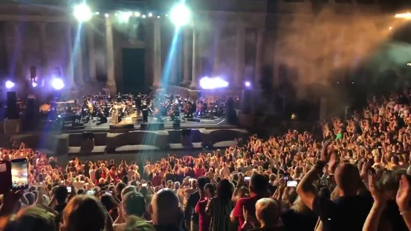 Mérida a @RAPHAELartista con el Teatro en pie y una gran ovación @STONEandMUSIC