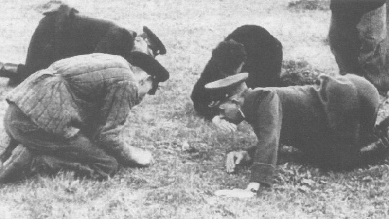 Офицеры МГБ СССР ведут переговоры с бойцами УПА, блокированными в подземном бункере, 1946 год.
