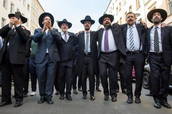 Разница между иудеем и евреем В современном русском языке отличие еврея от иудея определено четко. Еврей национальная принадлежность, иудей религиозная. Однако в разное время и у разных народов