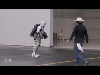 Адам Сэвидж  создал  прототип  костюма Железного Человека, который может летать.