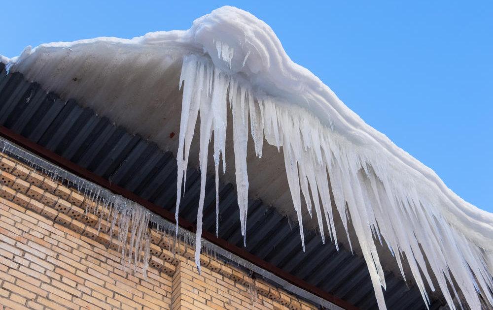 В Ульяновске упавшая с крыши ледяная глыба переломала ребенку позвонки, директор УК отделался штрафом