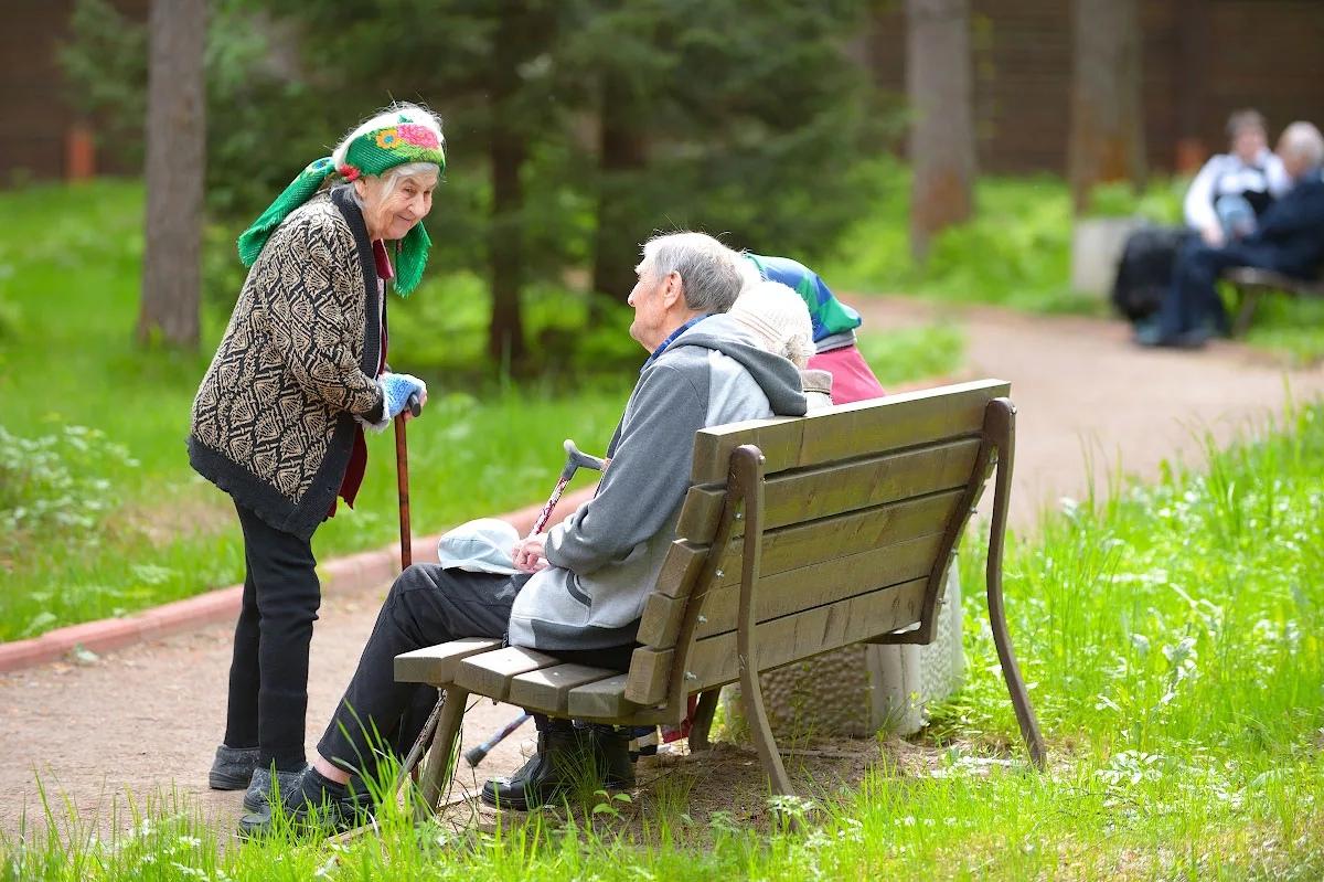 Какими способами можно помочь пожилым людям?