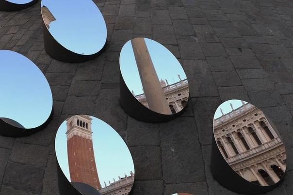 Уникальная инсталляция из зеркал, отражающая Дворец дожей в Венеции под разными углами