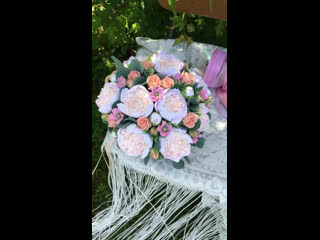 Композиция в шляпной коробке с цветами из полимерной глины Юлии Найдун