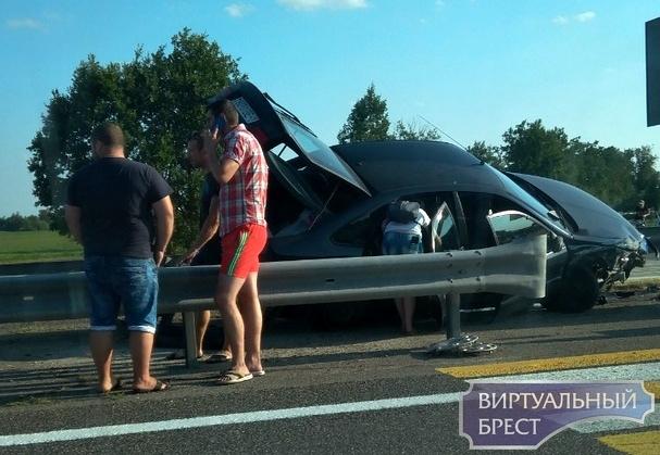 На М1 под Кобрином странное ДТП - автомобиль запрыгнул на разделительную