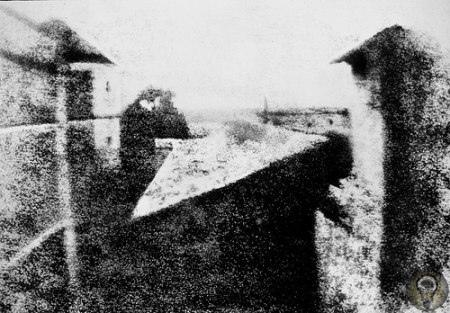 Самой первой в мире фотографией считается снимок «Вид из окна», сделанный Ньепсом в 1826 году с помощью камеры-обскуры