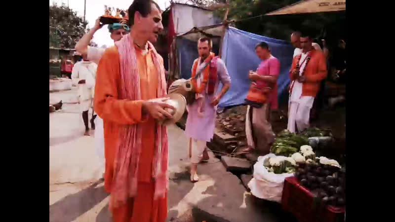 Харинама вокруг Радха Кунды и Шьяма Кунды бесконечно
