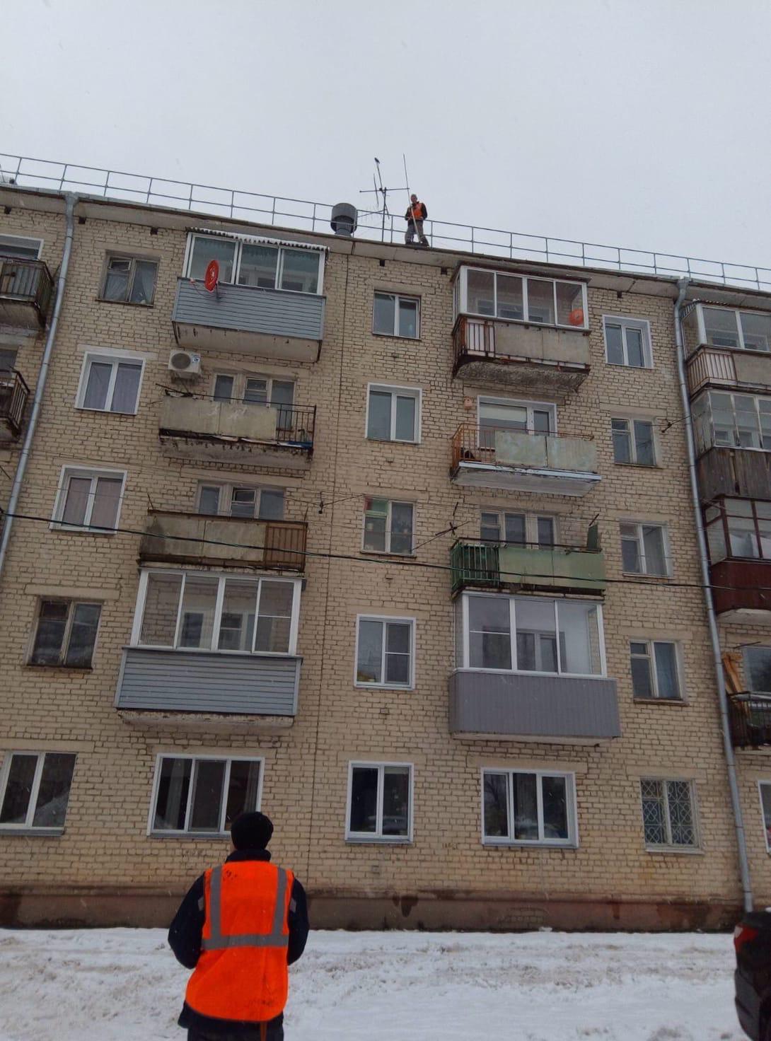 Чистка периметра кровли и козырьков Октябрьский проспект