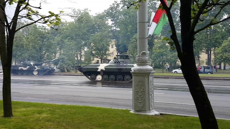 Танк сносит столб в Минске оригинальное видео The tank crashes into a lamp post original video