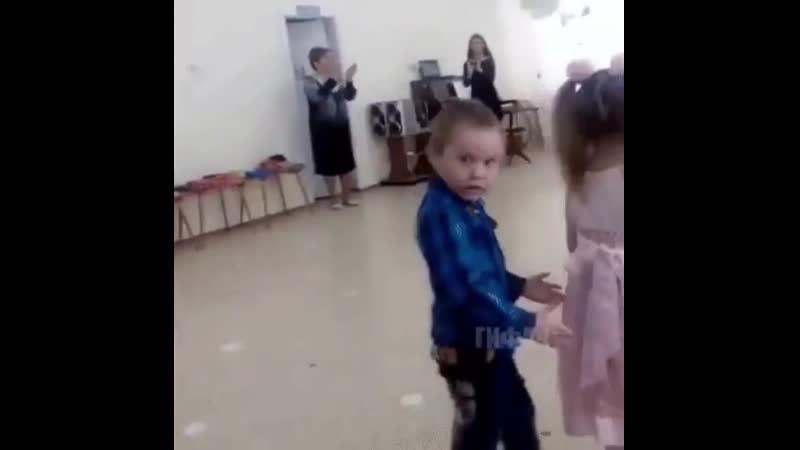 смотрящий в детском саду группа лисички дети