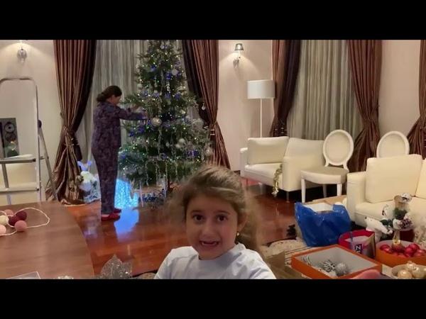 Певица Жасмин с детьми наряжает елку