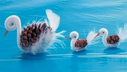 Поделки из шишек лебеди С дошкольниками 4-5 лет можно делать разнообразные поделки из осенних природных материалов, например из шишек. Чтобы сделать лебедей помимо шишек понадобится синельная