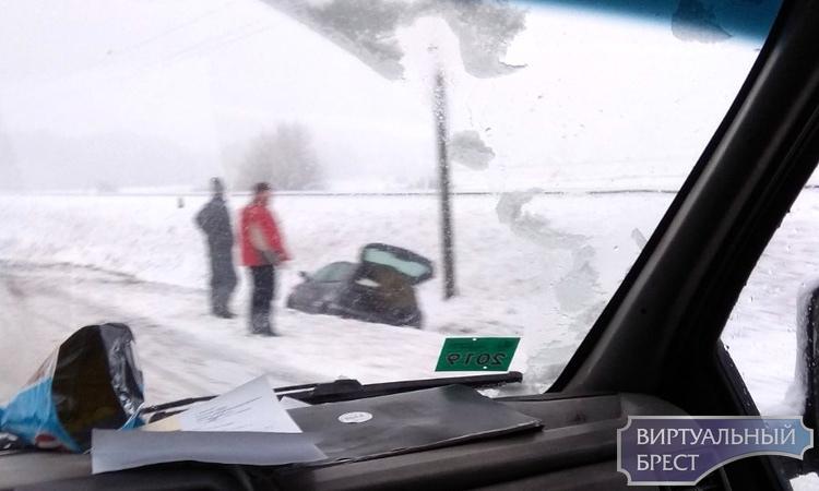 Автомобили в кювете, трассы в снегу, гололедица: все прелести в Брестской области
