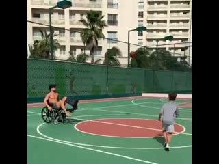 Диего Рибас играет со своим сыном даже в коляске