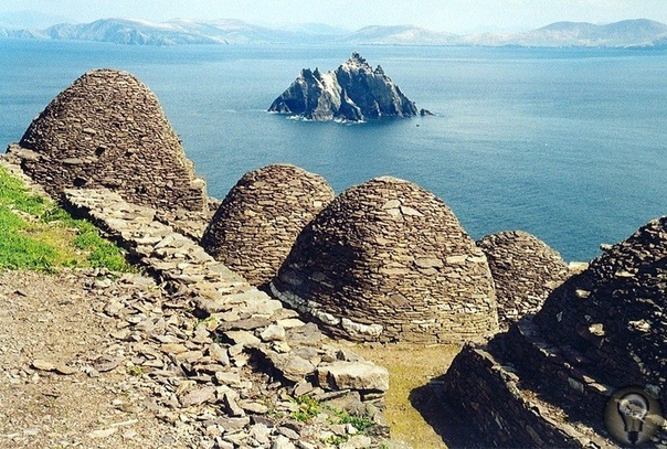 Монастырь в Ирландском море Монастырь святого Михаила (Sellig Michael) расположен в Ирландском море в 12 километрах от берега Ирландии.Мысль о том, что такие незавидные «апартаменты» могли