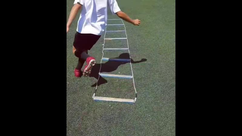 Футбольные упражнения на координационной лестнице