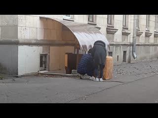 Жители дома №11 на проспекте КИМа не могут выгнать китайских студентов Горного института из своего подвала.