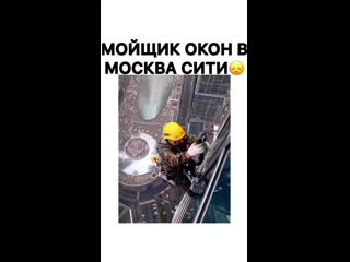 Москвич забрался на крышу и наглядно показал трудность заработка.mp4