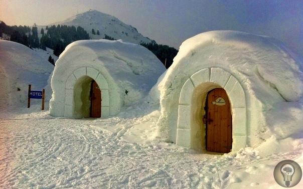 ПОЧЕМУ В СНЕЖНОМ ДОМЕ ТЕПЛО, А В ЛЕДЯНОМ ХОЛОДНО Казалось бы, лёд и снег просто замёрзшая на морозе вода, и разницы быть не должно. Но на практике разница колоссальна! Стены, сложенные из