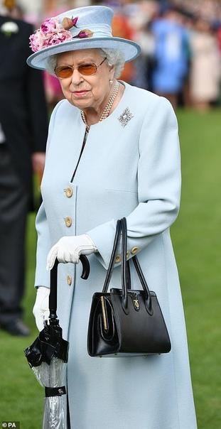 Садовая вечеринка в Букингемском дворце Вторую садовую вечеринку Ее Величество провела самолично в сопровождении герцога и герцогини Кембриджских, принца Эндрю, графа и графини Уэссекской,
