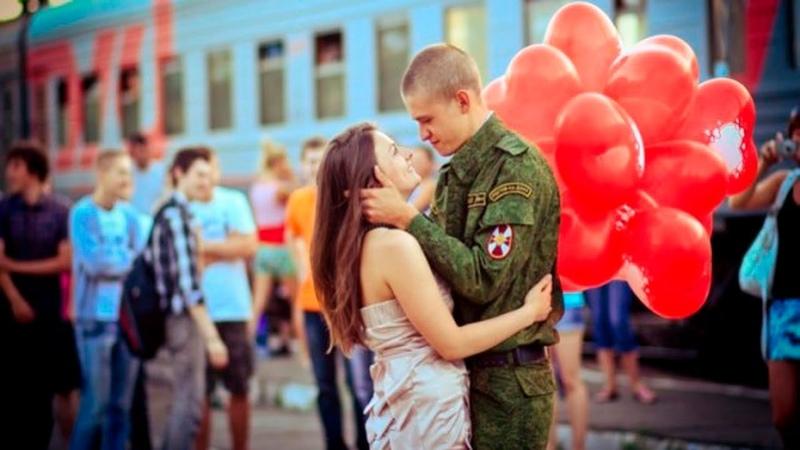 Девушки встречают своих парней из армии