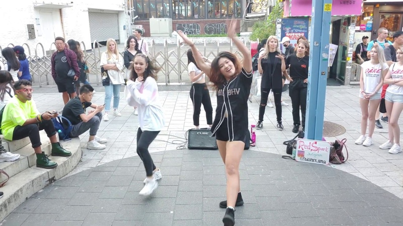 RED SPARK. ITZY 'ICY' COVER. LOVELY CUTIES, CHARMING BUSKING.