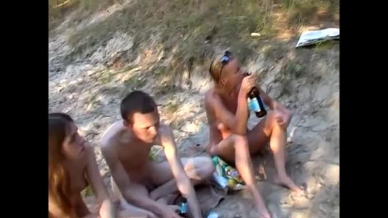 Russkie-studenti-na-beregu-reki
