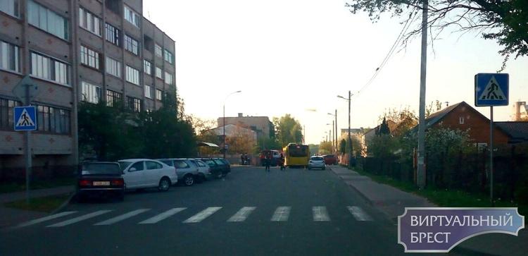 На ул. Осипенко в лобовую столкнулись легковушка и автобус. Есть пострадавшие