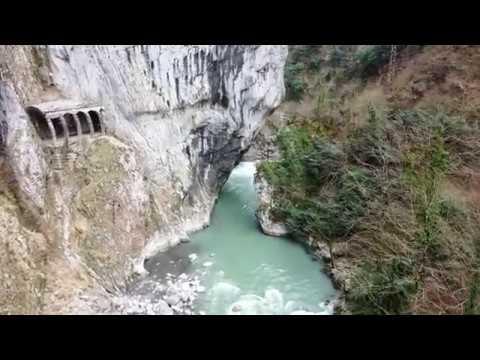 Пролёт в ущелье Ах Цу в самом узком месте где река уходит под скалу