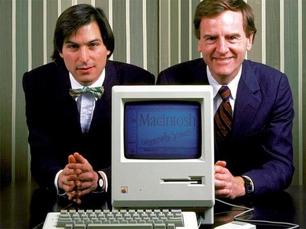 Стив Джобс и Джон Скалли рядом с Macintosh 128 (оперативка 128 килобайт). 1984 год. При старте данный компьютер стоил 2495$. На современные деньгиэто