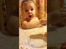 Веселый ребенокПапа рассыпал рис,ЁХАНЫЙ БАБАЙ!