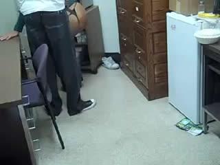 Зрелая начальница сосет член молодого курьера в офисе.mp4