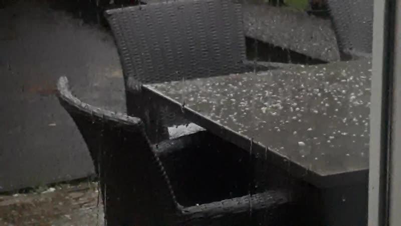 Ураган пронесся по Нидерландам . С градом и дождем и ветром штормовым .