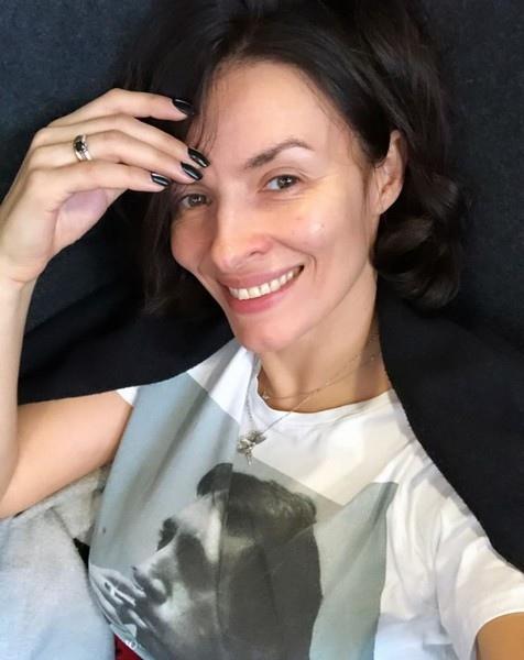 Проснулась-улыбнулась: знаменитости, которые не боятся показаться нам без макияжа.