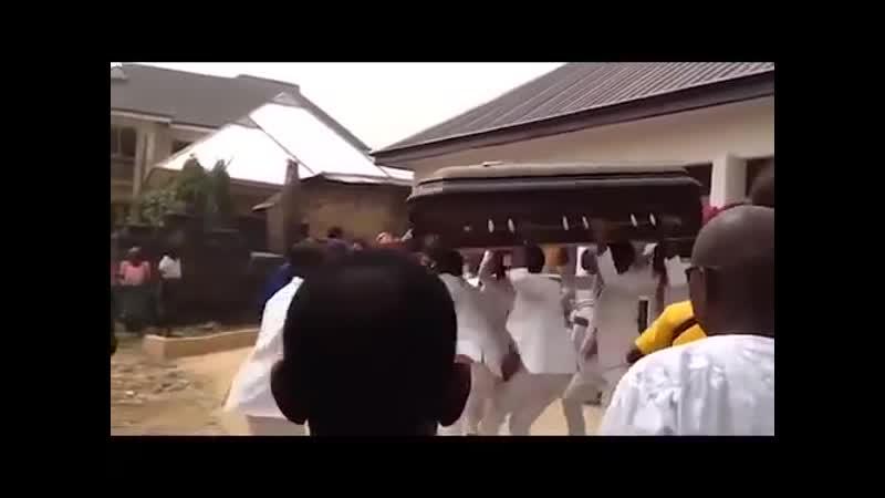 Весёлые похороны африканцы танцуют с гробом на плечах Funny