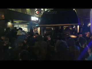 Толпа фанатов ждёт Криштиану Роналду у гостиницы в Москве