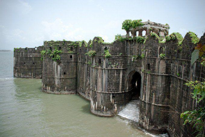 Заброшенный морской форт 17 века у побережья Махараштры, Индия