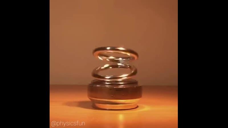Иллюзия плавающих колец питается от фотоэлектрических солнечных элементов и небольшого двигателя невероятным образом