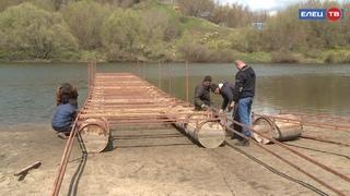 Для пешеходов и маломерных судов: на берегу Быстрой Сосны началась установка понтонного моста