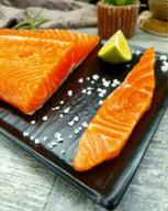 id_45702 Как солить красную рыбку в домашних условиях 🤗   Ингредиенты:  Филе красной рыбы — 1 кг Соль (лучше крупная) — 2 ст. л. Сахар — 1 ст. л.  Приготовление:  1. Если у вас целая рыба, необходимо её очистить и разделить на части (можно использовать готовое филе).  2. Чистить от косточек. 3. В ёмкости смешать соль и сахар. Половину высыпать на дно формы (лучше стеклянная форма или тарелка), сверху выложить рыбку и оставшуюся часть смеси распределить сверху.  4. Накрыть форму крышкой или пищевой плёнкой. Убрать в холодильник на 24 часа (можно больше).  5. Достать, слить воду, если соль осталась, то смыть ее под водой.  6. Хранить готовую рыбку в холодильнике 3–5 дней, можно заморозить.  Автор: pp_foodpro  #gif@bon