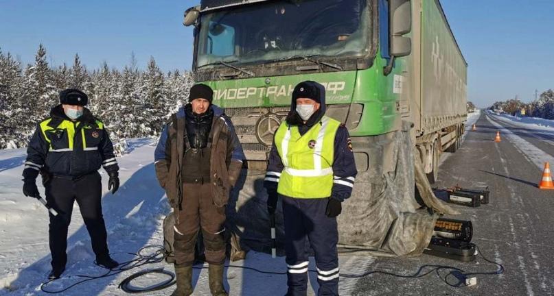Автоинспекторы Югры помогли водителю, который 17 часов чинил свой грузовик на трассе