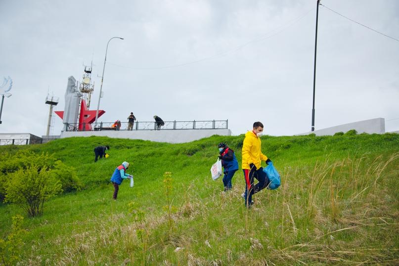 Волонтеры помогают с уборкой мусора