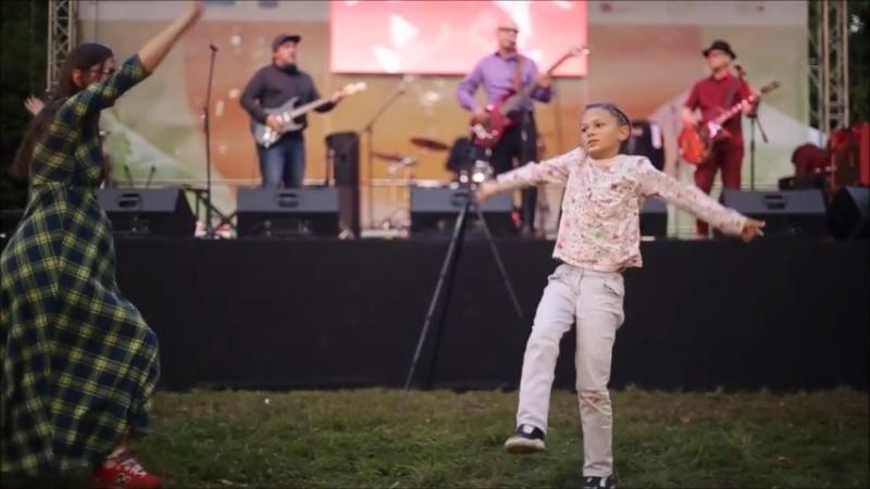 Фестиваль Улитка Ботанический сад Танцует молодая мамаша с дочкой и тут какой то клоун выскочил