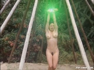 Похищение, принудительная нагота, CMNF-видео – инопланетяне похищают девушку и раздевают догола, после чего её спасают