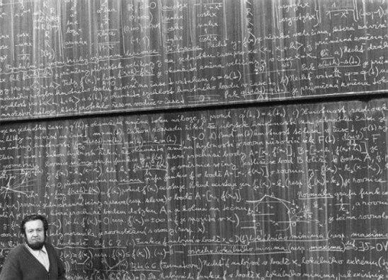История из жизни советских математиков. Один чувак, окончив мехмат ЛГУ, поступил в аспирантуру. Стипендия 100 рублей. Слесарь или токарь на заводе имени Кирова получали в разы больше.Когда ему