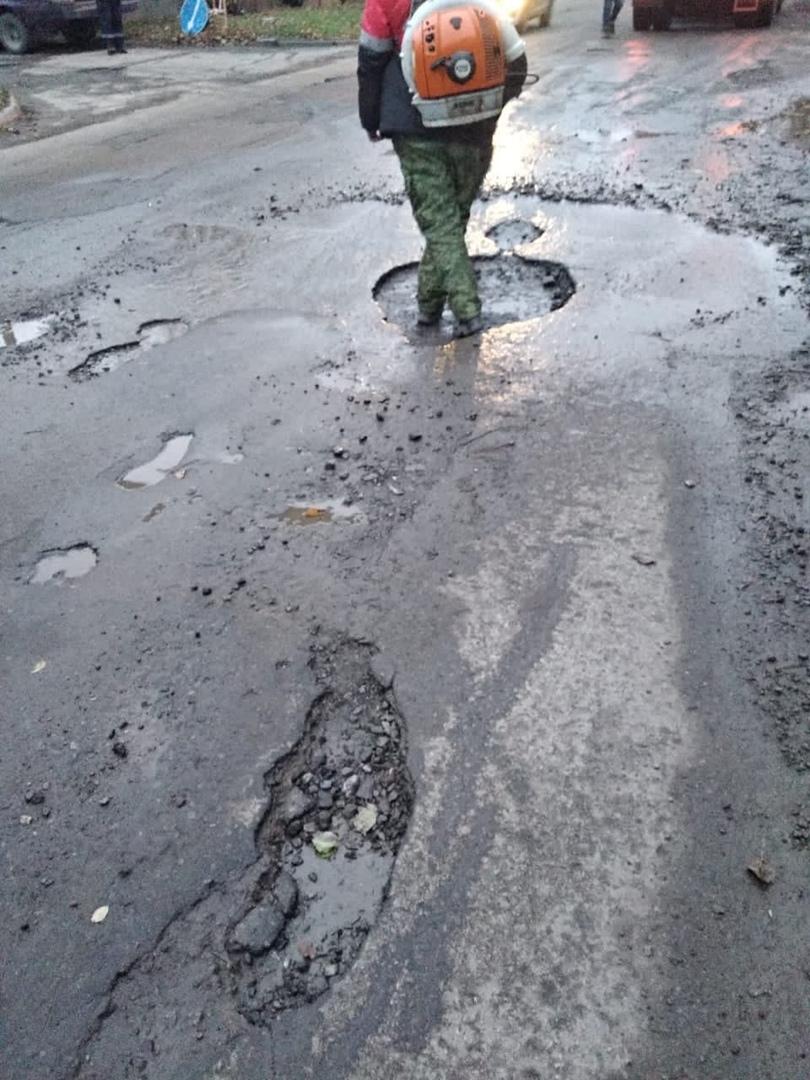 МКУ «Благоустройство»: В Таганроге устраняли аварийно-опасных участки по ул. Чучева и пер. 1-му Крепостному