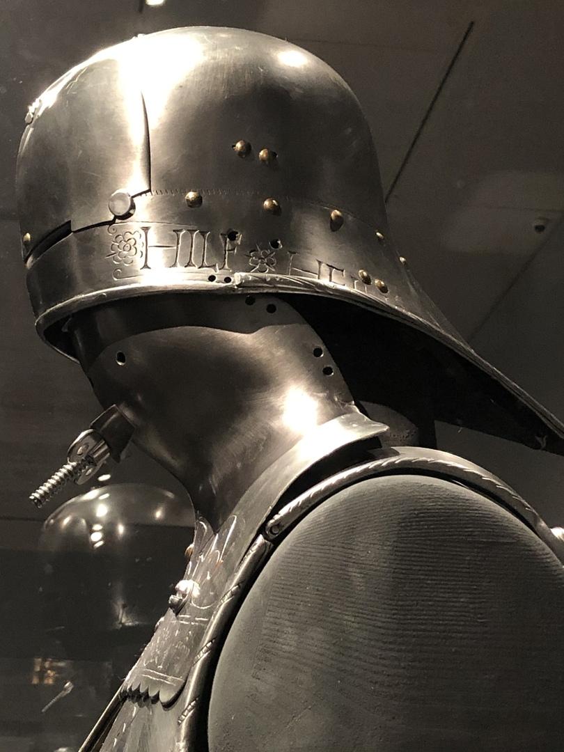 Доспехи Максимилиана для рыцарского турнира с призывом к святому Георгию на салете