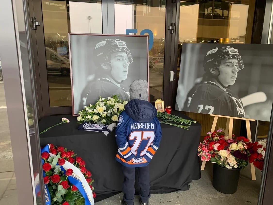 Хоккеистка «СКА-Серебряные Львы 2012» Ариана Медведева почтила память Тимура Файзутдинова.