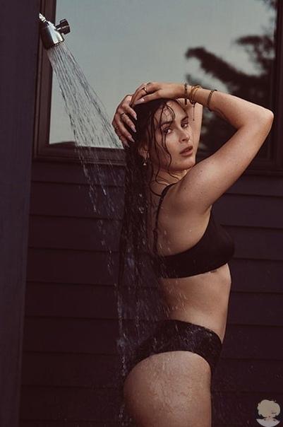 Деми Мур с тремя дочерьми снялась в новой рекламной кампании купальников