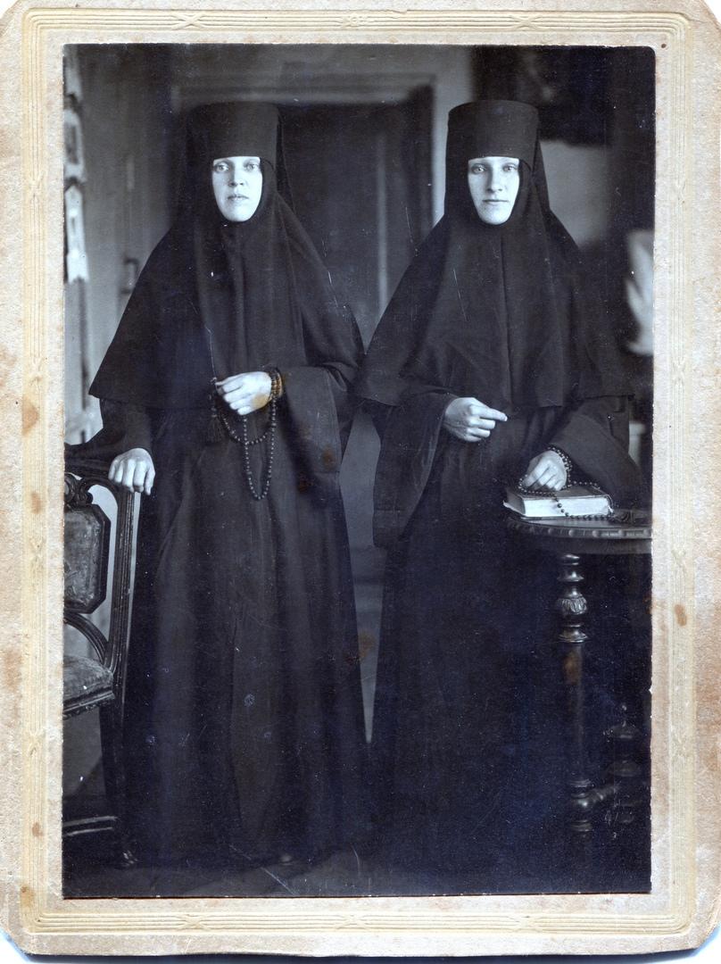 монахиня Параскева (на фото слева)